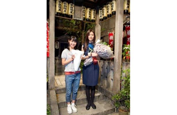 花束を受け取った松下さん(右)とプレゼントのいったんもめんを抱く瀧本さん