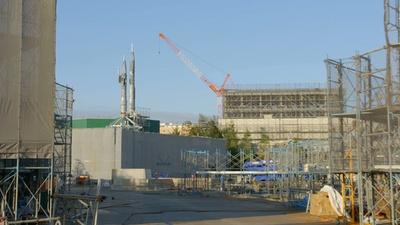 『美女と野獣』をテーマとした新エリアの工事現場。手前に「美女と野獣の城」、奥に「ファンタジーランド・フォレストシアター」が完成予定(写真は2018年11月現在)
