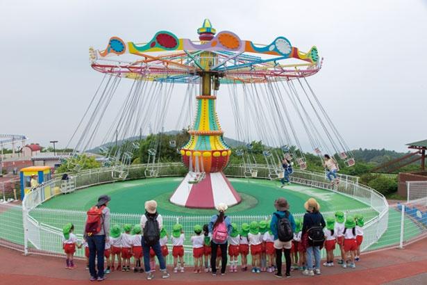 【写真を見る】連休や夏休みは園内がレジャーシートでいっぱいに!/生駒山上遊園地