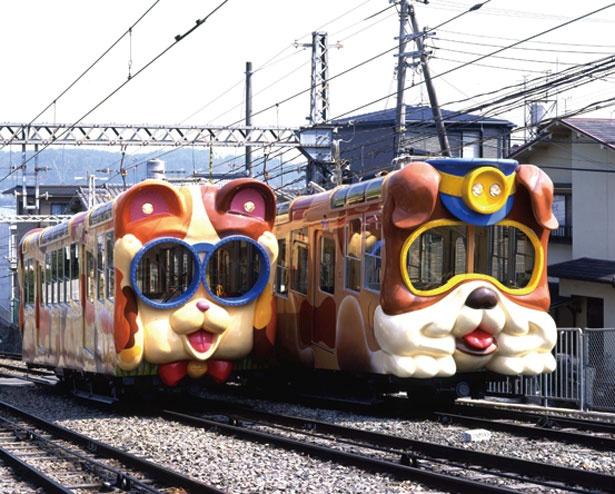 生駒ケーブルの鳥居前駅から宝山寺駅を走る「ブル」と「ミケ」/生駒山上遊園地