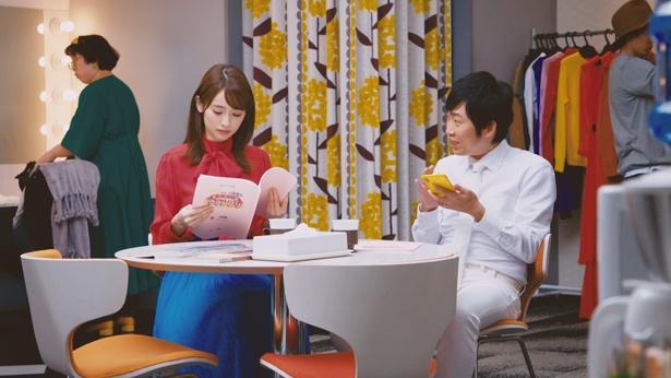 ライブ配信アプリ「17 Live(イチナナライブ)」の新TVCMに泉里香(左)とNON STYLEが出演
