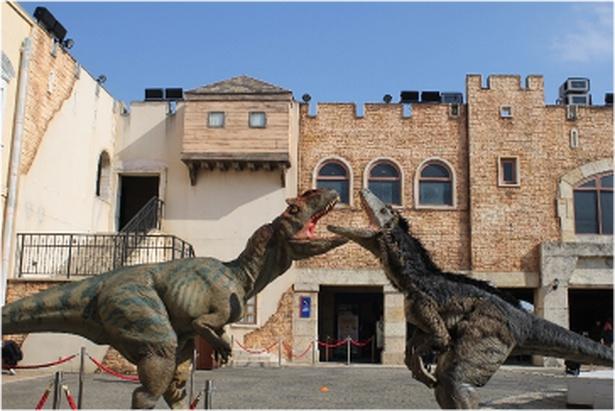 【写真を見る】大迫力の恐竜体験ができる!!