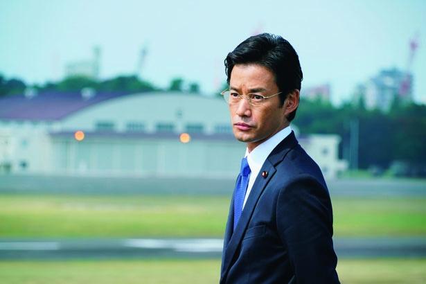 竹野内豊は、内閣総理大臣補佐官・赤坂を演じる