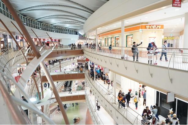 【写真を見る】「コスモール2018冬」の当日の会場の様子。ショッピングモール屋上や隣接する荒子川公園もコスプレエリアとして解放された