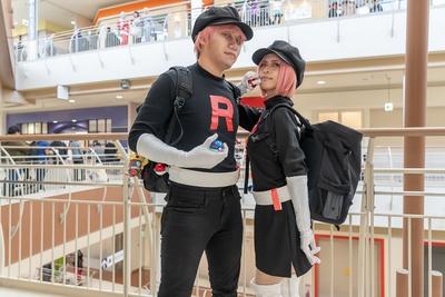 「ポケットモンスター」のロケット団(したっぱ)に扮したとぐちけい(写真左)さん と、とぐちみやびさん(同右)