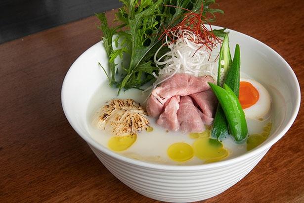 【写真を見る】見た目も豪華な「濃厚ホタテ豆乳麺」(1,200円、1日30杯限定)。実際にはトリュフオイルにビーツの色味で紅白に染まる