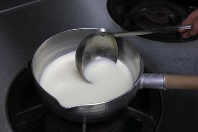 朝どれ豆乳を使用して、めでたい紅白の白の部分を表現