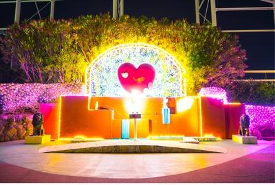 【写真を見る】ロマンチックな愛の泉