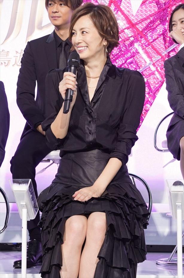 """美脚まぶしい米倉涼子、劇中でもスタイル活かした""""差し入れ""""持参!?"""