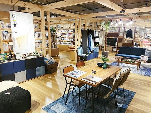 ブルーを基調とした「ヨコハマブルー」の展示。デニムを使った家具など斬新なアイデアが満載