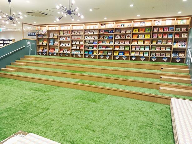 広々としたキッズスペース。奥の本棚にある絵本を持ってきて読むこともできる