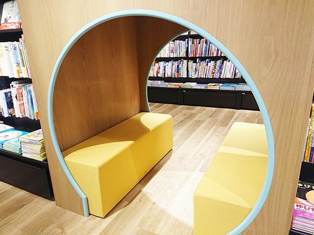 トンネルに隠れながらゆっくりと親子で本が読めるような仕掛けも楽しい
