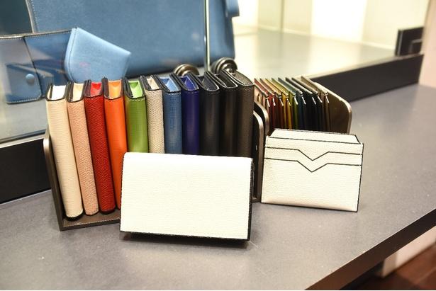 上質な革アイテムで格好よく「Valextra(ヴァレクストラ) 名刺ケース」(写真左、4万1040円)、「Valextra クレジットカードホルダー」(右、3万2400円)