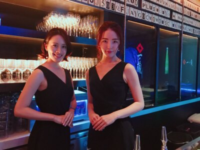 【写真を見る】ゲストへの日本酒のプレゼンテーションやサーブは、SAKE 美人キュレーターが担当してくれる