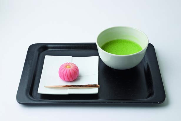 上生菓子と抹茶のセット(1080円)など、カフェで銘菓の味を堪能