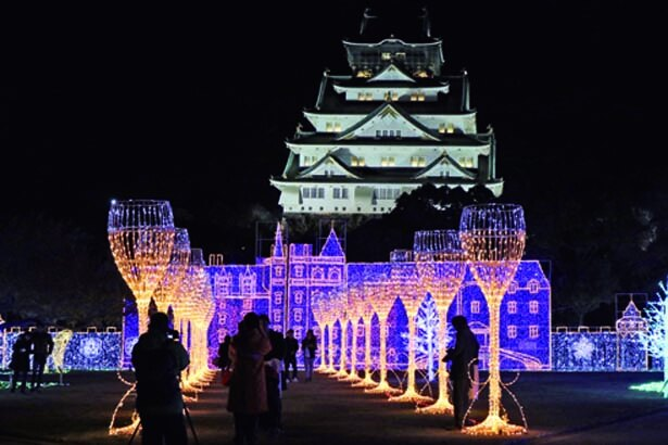 夜の大阪城を彩るイルミイベント。期間中はフードコートも設置