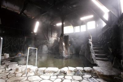 """【写真を見る】季の郷 山の湯 / 広い湯舟の奥にある""""洞窟""""で ドキドキの探検気分を味わって!"""