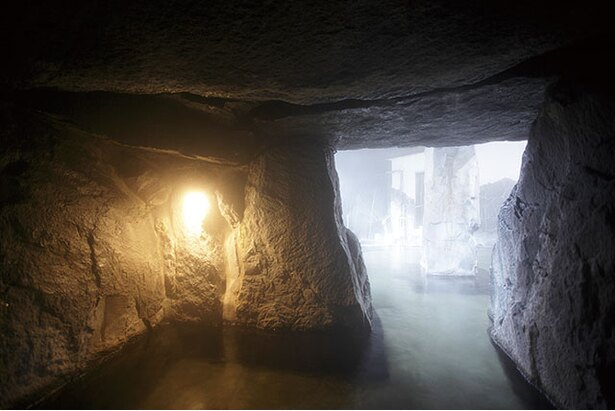 季の郷 山の湯 / 蒸気がこもる洞窟風呂は、サウナに入るのと同様の効果があるとか