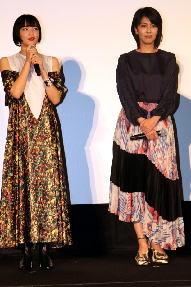 【写真を見る】小松菜奈と松たか子、個性派ドレスの全身ショット