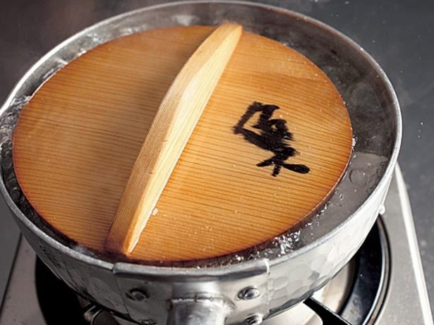 落としぶたをすると、汁が全体にまわり、水分の蒸発を適度におさえ、混ぜなくても調味料がいきわたるので、煮くずれない