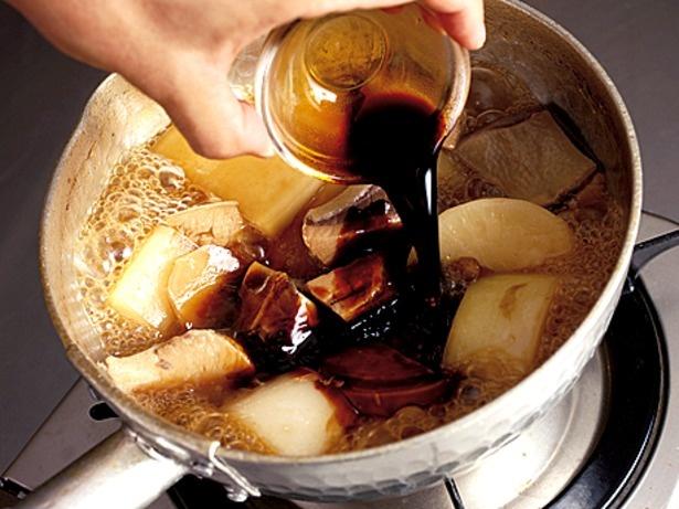しょうゆは2回に分けて加えるのがポイント。最初のしょうゆでじっくりと味を含ませ、仕上げのしょうゆでさわやかな風味を生かして