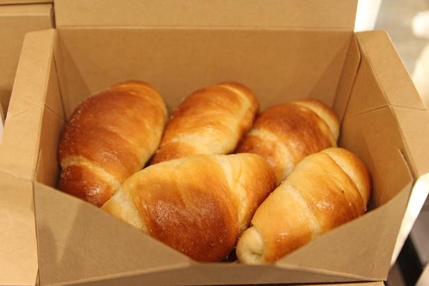 【写真を見る】カナダ産小麦粉を用いた生地に、白トリュフが豊かに香る「白トリュフの塩パン」(5個セット1000円)