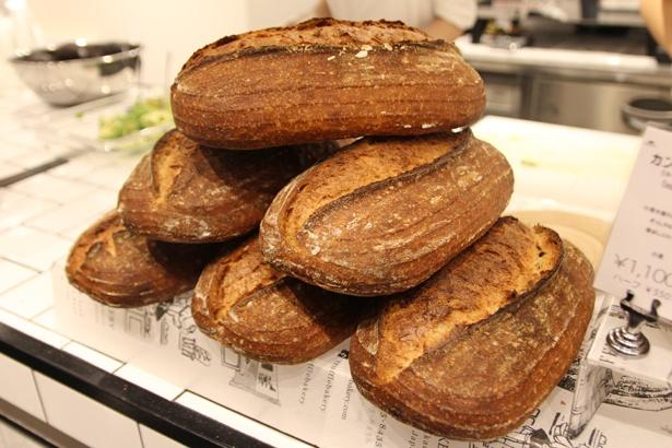 「カントリーライ」(ホール1100円、ハーフ550円)をはじめ、ハード系のパンも充実