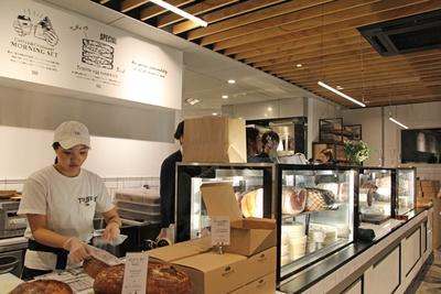 白を基調とした店内。ショーケースの中には、生ハムやチーズが並ぶ(写真はオープン前の内覧会で撮影)