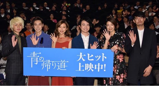 主演映画「青の帰り道」が無事に初日を迎え、真野恵里菜は完成披露試写に続いて涙を見せた