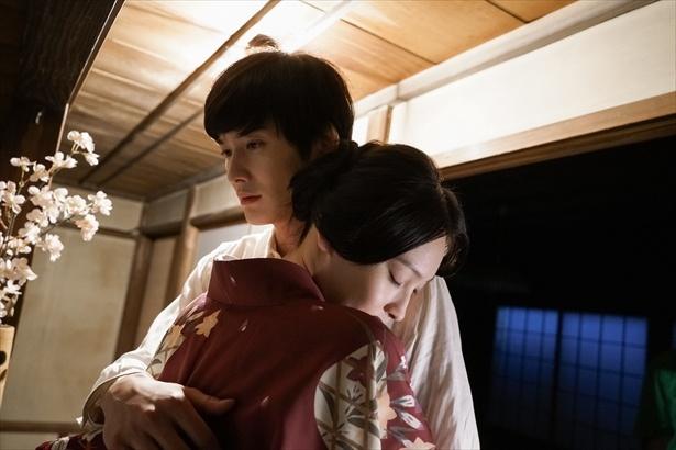 【写真を見る】菊比古と、生きていた頃のみよ吉。美しい抱擁にうっとり…