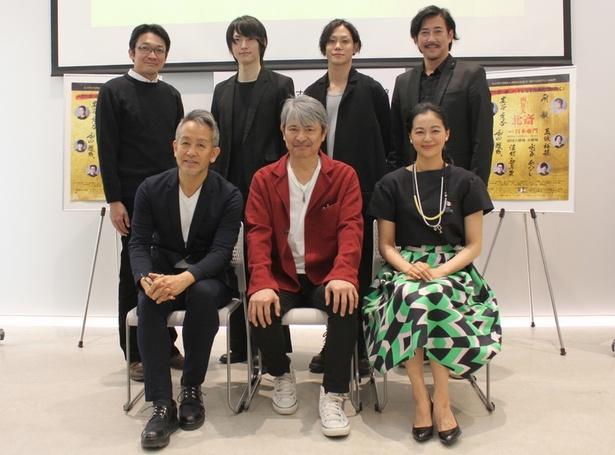 演出家の宮本亜門さんとキャストの6人
