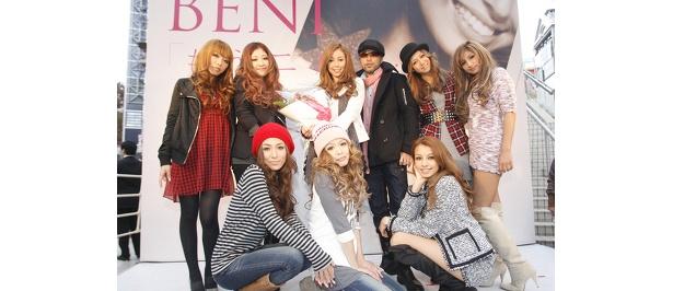 イベントに集まったBENIと童子-T、人気モデルたち