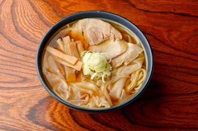 【写真を見る】煮干しが生きた変わらない味。ワンタンメン780円