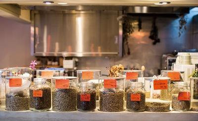 IENA COFFEE 警固店 / 焙煎前の生豆がカウンターにずらりと並ぶ