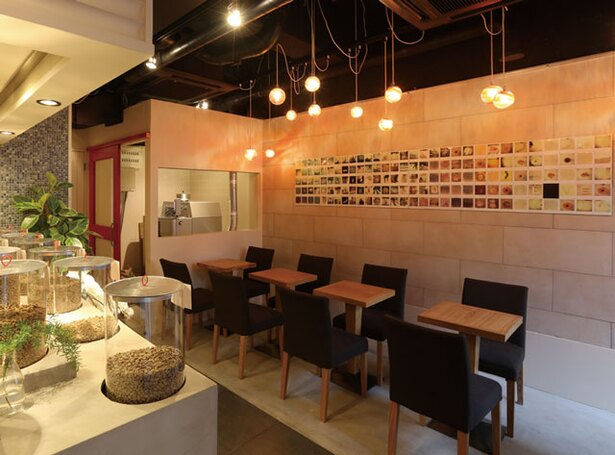 IENA COFFEE 警固店 / 焙煎を待つ間によく利用されるカフェスペース