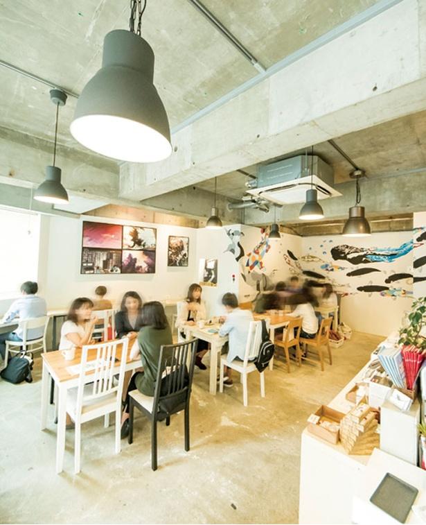 SHIROUZU COFFEE ROASTER / 白壁にはKEN氏の人形とコイのグラフィックが描かれている