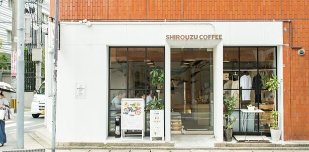 SHIROUZU COFFEE ROASTER / 窓が大きく、街の風景が絵画のようにも見える
