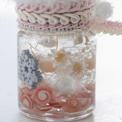 底にはパールやピンクの貝殻を敷き詰めフェミニンな印象に