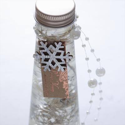 雪の結晶形オーナメントがついたタグが印象的