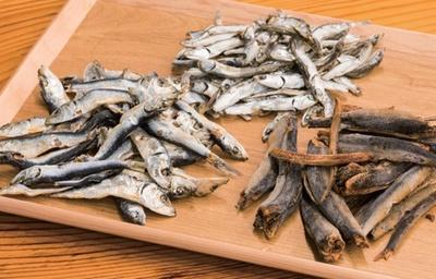 厳選した煮干しを7種以上ストックし、毎日種類や配合を変える。焙煎ウルメ(右)など高級品を使う日も