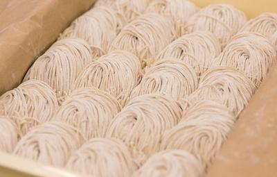 親交のある「麺屋 むじゃき」に発注した麺を使用。小麦の風味香る細麺は、全粒粉入りの低加水麺