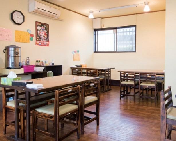 店内はテーブル席が多く、ミニサイズ(150g-50円)もあるためG系ながら家族連れや女性客も多い。入口には限定トッピングなどを掲示
