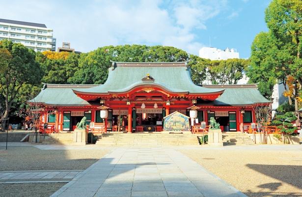 鮮やかな朱色の拝殿/生田神社