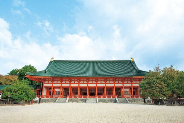 荘厳で鮮やかな朱塗りの社/平安神宮
