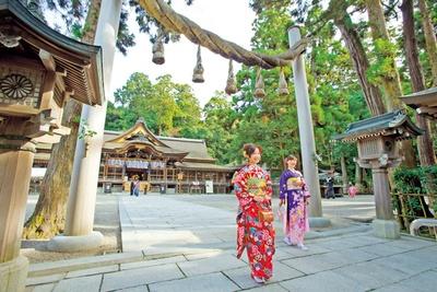 拝殿の前には鳥居に代わり巨大な注連縄が/大神神社
