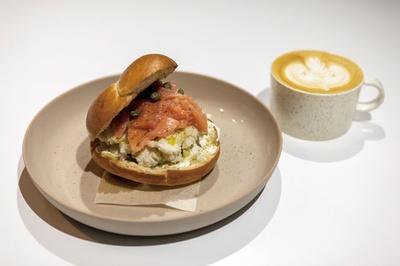 MODOO'S COFFEE BREWERS / モーニングは580円から用意。写真はサーモンとクリームチーズのベーグル(750円)