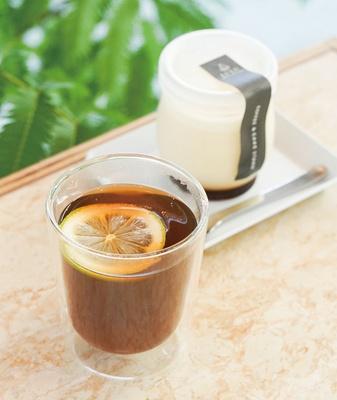 COFFEE & CAKE STAND LULU / ホットレモンコーヒー(550円)。さわやかな柑橘の風味が広がる。オリジナルプリン(400円)は甘さすっきり