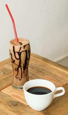 HARU COFFEE / ドリップコーヒー(450円)、エスプレッソバナナスムージー(600円)。バナナ1本を使ったスムージーは甘さ控えめ