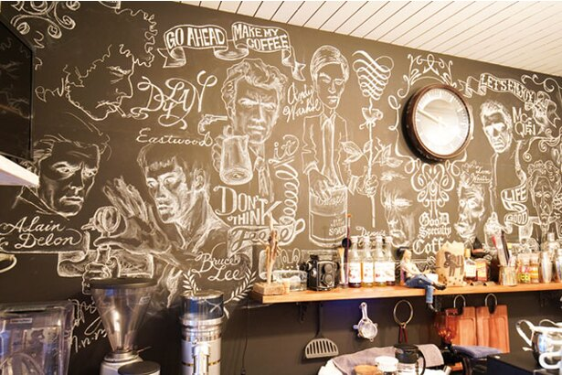 HARU COFFEE / 黒板にはミュージシャンや映画俳優が描かれている
