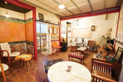 HARU COFFEE / 2階は長居する客も多い